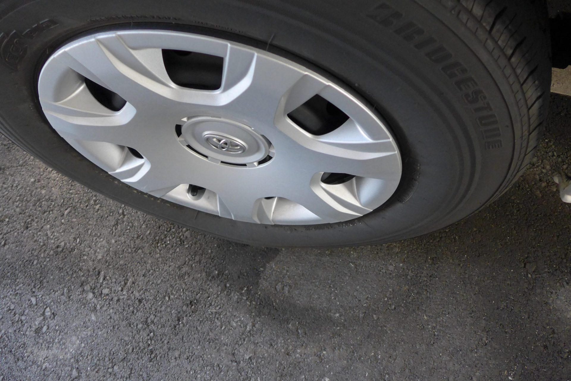 (K)ハイエースのタイヤがパンクしていた!ディーラーの修理費用は