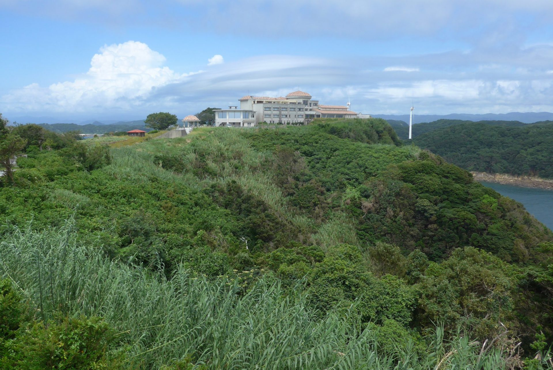 (K)西海市にある北緯33度線展望台はホテル咲き都の駐車場を利用