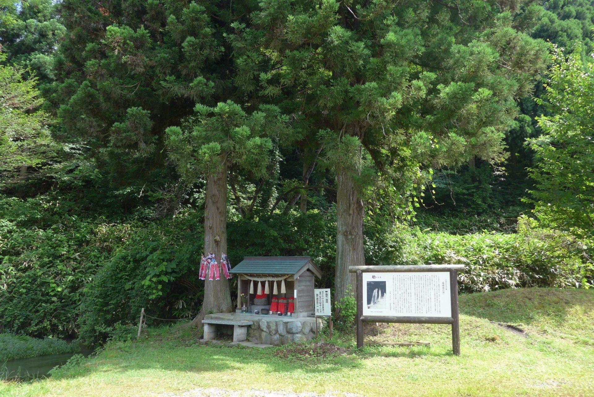 (K)地蔵滝の泉はアクセス良好で駐車場完備!平成名水百選の湧水!